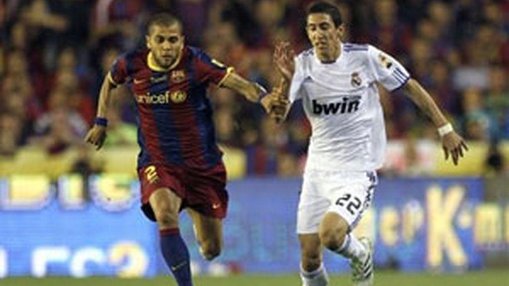 Di María, luchando con Alves durante el partido. Foto: AP