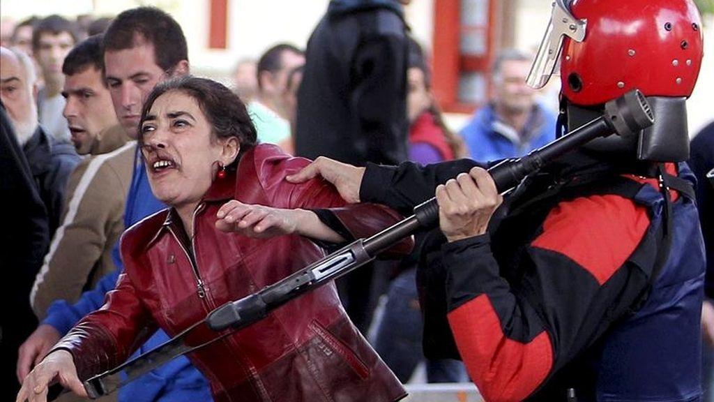 """Agentes de la Ertzaintza disuelven una marcha prohibida por la Audiencia Nacional por considerarla un pretexto para rendir homenaje al etarra Jon Aguirre Aguiriano, """"Elurtxuri"""", excarcelado el 3 de mayo tras cumplir 30 años en prisión. EFE/Archivo"""