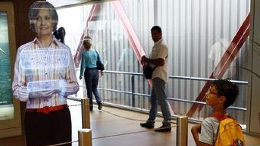 """La terminal está experimentando con personal de embarque """"virtual"""". Utiliza los llamados """"hologramas de dos dimensiones"""". Foto AP"""