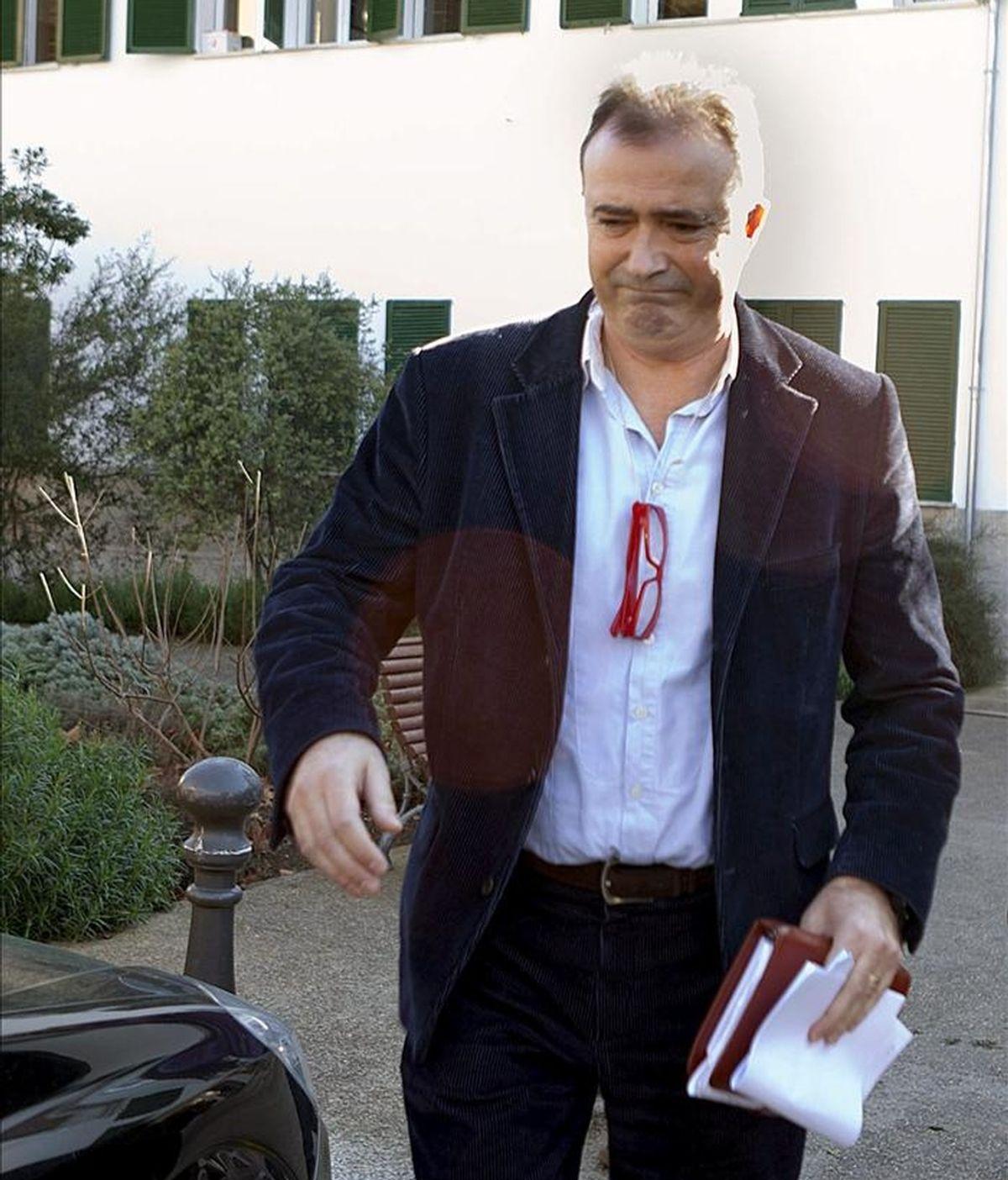 """El fiscal Anticorrupción, Miguel Angel Subiran, abandona la sede de Medio Ambiente del Consell Insular de Mallorca durante el registro que se está llevando a cabo durante la denominada """"operación cloaca"""". EFE"""