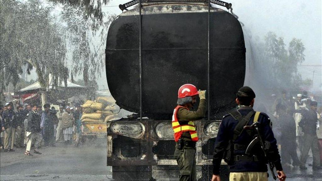 Miembros de las fuerzas de seguridad inspeccionan el lugar del ataque de presuntos insurgentes contra camiones cisterna de la OTAN en el centro de la ciudad de Peshawar, en el oeste de Pakistán. EFE/Archivo