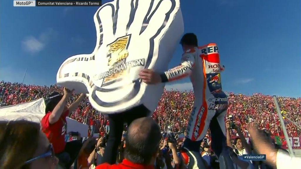 Traca y 'Give me Five' con su afición: la loca celebración del campeón Márquez