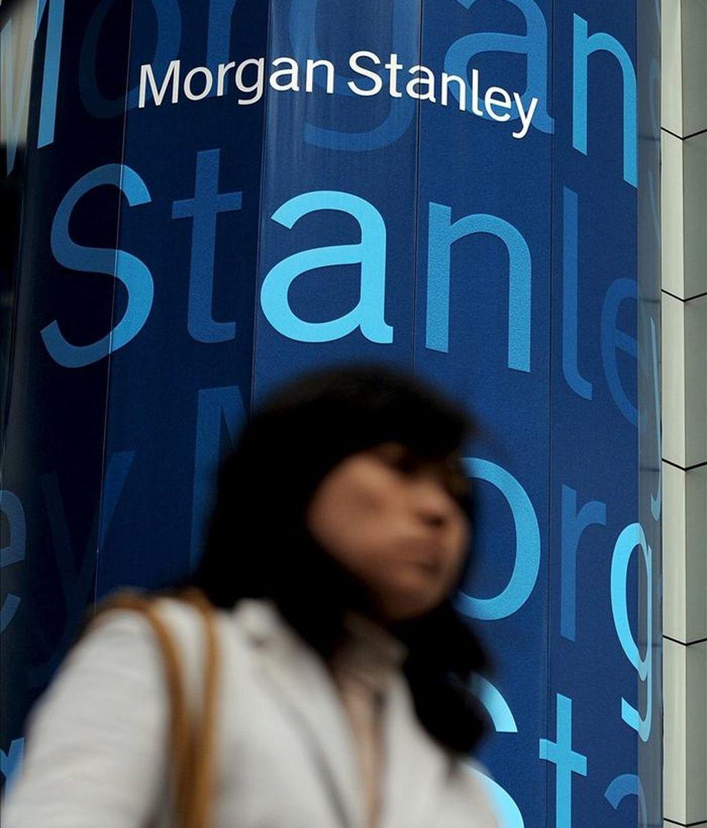 Una mujer pasa frente a una oficina de Morgan Stanley en Nueva York (Estados Unidos). EFE/Archivo