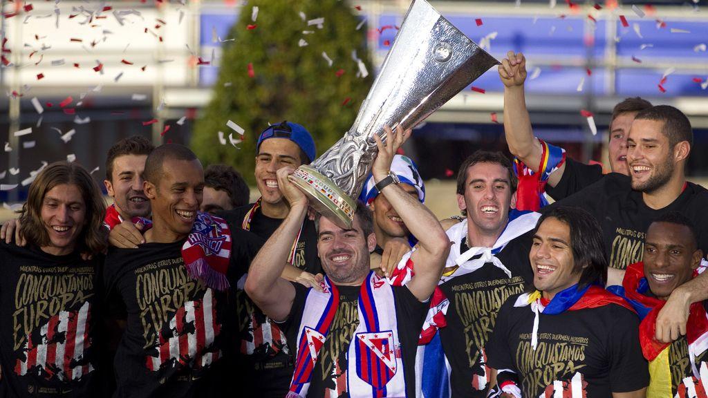 Antonio López levanta la copa de Europa en la celebración rojiblanca en Neptuno