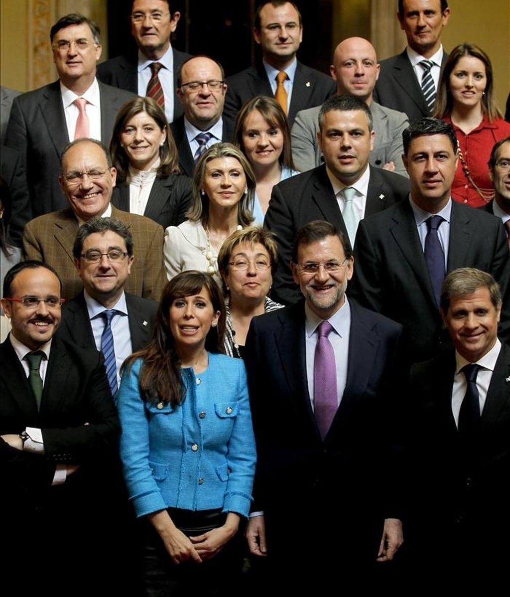 El líder del Partido Popular (PP), Mariano Rajoy (2ºd), acompañado de su homóloga en Cataluña, Alícia Sánchez-Camacho (2ºi), posan conjuntamente con los diputados de su grupo en el Parlament y los candidatos a las alcaldías de las principales ciudades catalanas, durante la visita que ha realizado esta mañana a la cámara catalana. EFE