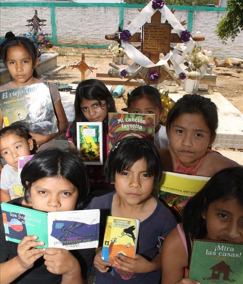 Imagen del 16 de abril en la que se observa a un grupo de niñas que leen en el panteón del poblado de Temixco, en el estado de Morelos, México. EFE