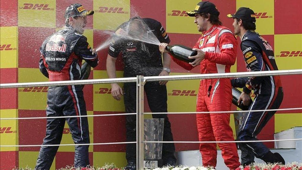 El piloto español Fernando Alonso (2d), de la escudería Ferrari, celebra en el podio su tercer puesto en el Gran Premio de Fórmula Uno de Turquía en el circuito de Estambul. El alemán Sebastian Vettel (i), de Red Bull Racing, consiguió la primera posición y su compañero de escudería, el australiano Mark Webber (d), fue segundo. EFE
