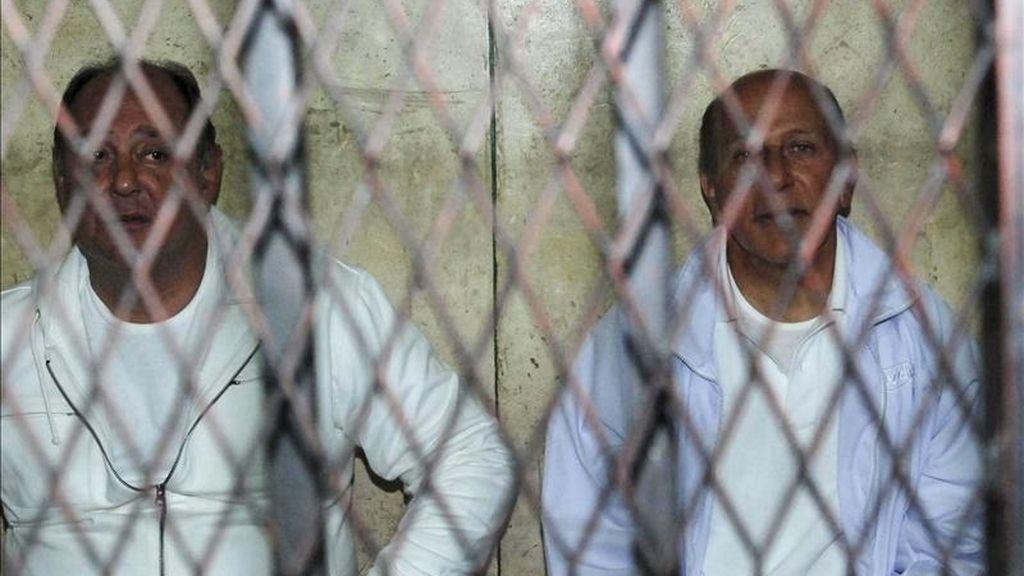 Los ex ministros egipcios de Vivienda, Ahmed el Maghrabi (d) y Turismo, Zuhair Garana (i), son fotografiados tras las rejas en una corte de El Cairo, Egipto, el pasado 23 de febrero. EFE/Archivo