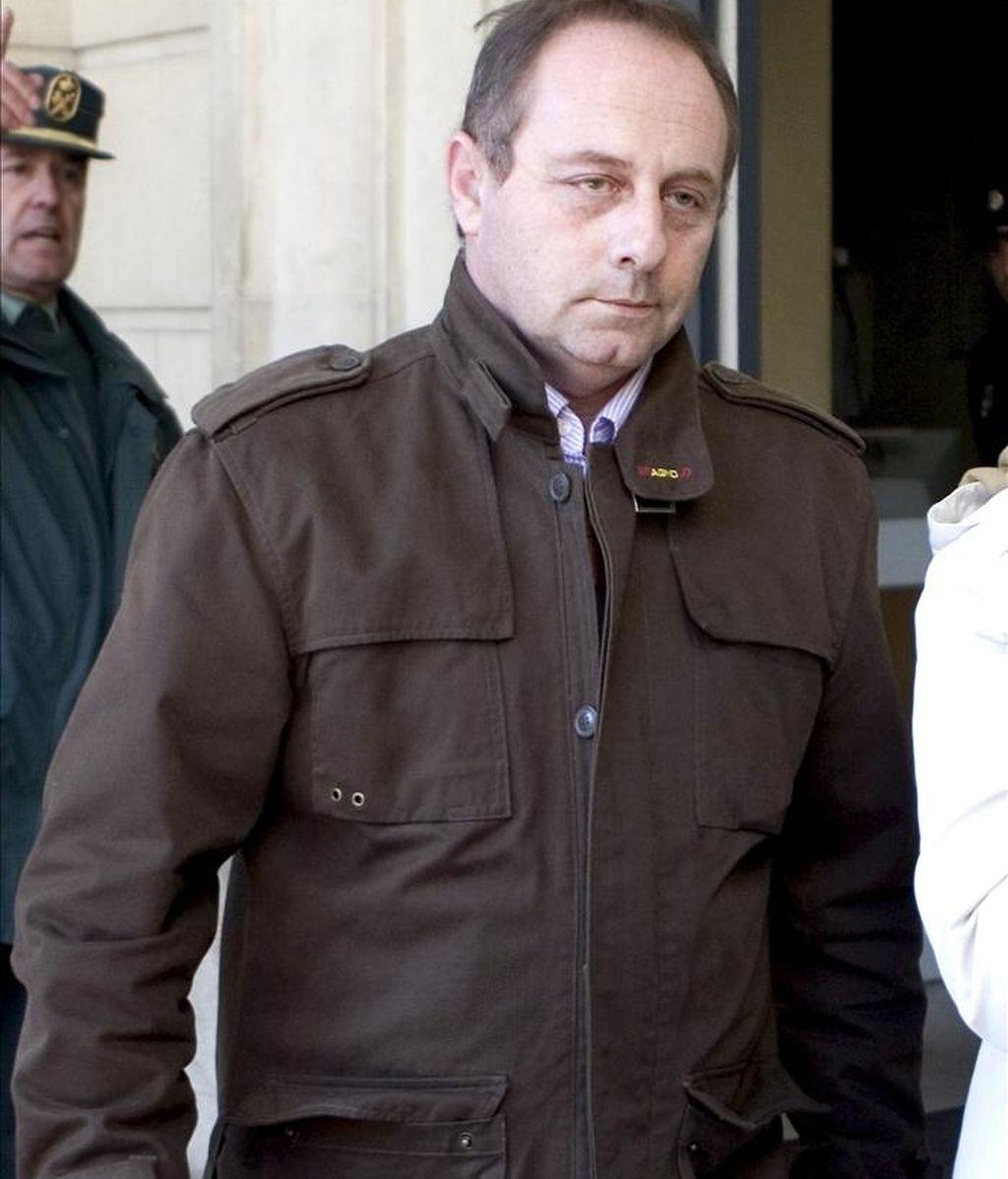 Antonio del Castillo, padre de Marta, saliendo de la Audiencia de Sevilla. EFE/Archivo