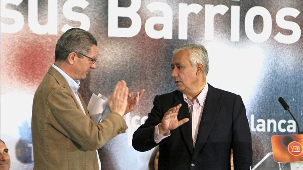 El presidente del PP andaluz, Javier Arenas, recibe los aplausos del alcalde de Madrid, Alberto Ruiz Gallardón (i), tras su intervención en el acto de apoyo al candidato de este partido a la Alcaldía de Sevilla en las próximas elecciones municipales. EFE