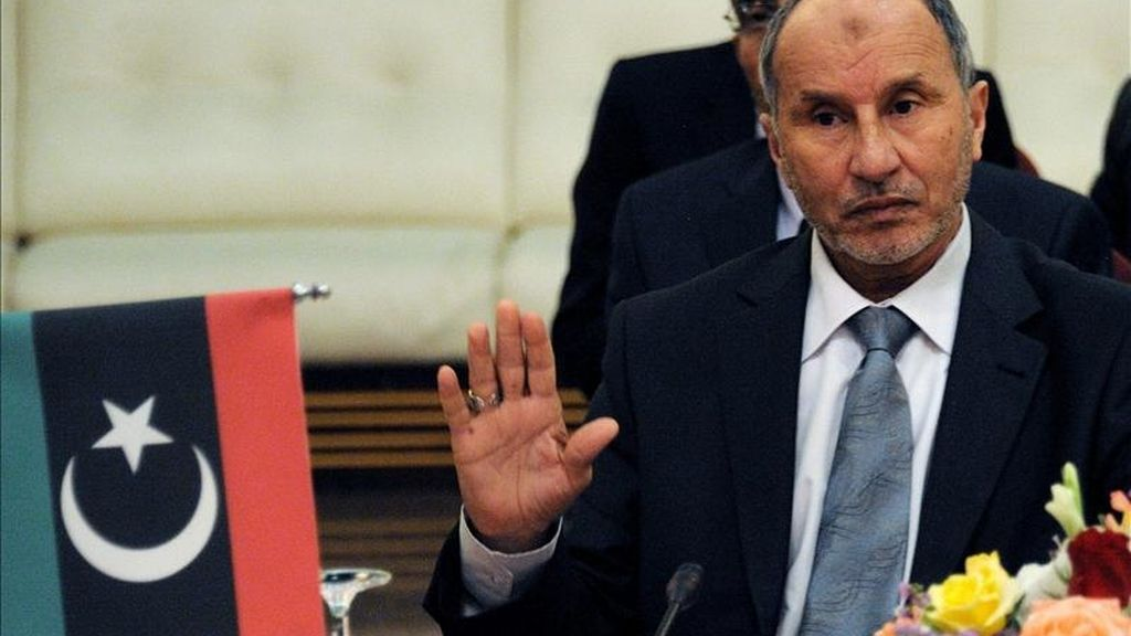 Mustafa Abdul Jalil, jefe del Consejo Nacional Transitorio, interviene durante el encuentro de la delegación de la Unión Africana (UA), celebrado en Bengasi, Libia. EFE