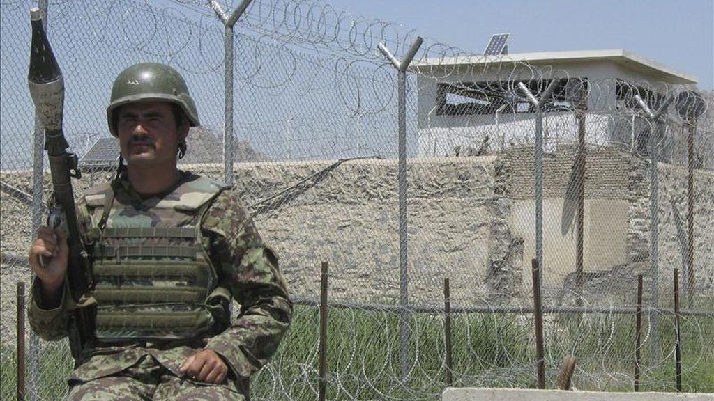 Un soldado afgano vigila la prisión de Kandahar (Afganistán) hoy, lunes, 25 de abril de 2011. Cientos de presos talibanes escaparon hoy de la prisión de Kandahar, en el sur de Afganistán, a través de un túnel de unos 360 metros que los insurgentes excavaron durante cinco meses, confirmaron fuentes oficiales y de la insurgencia. EFE