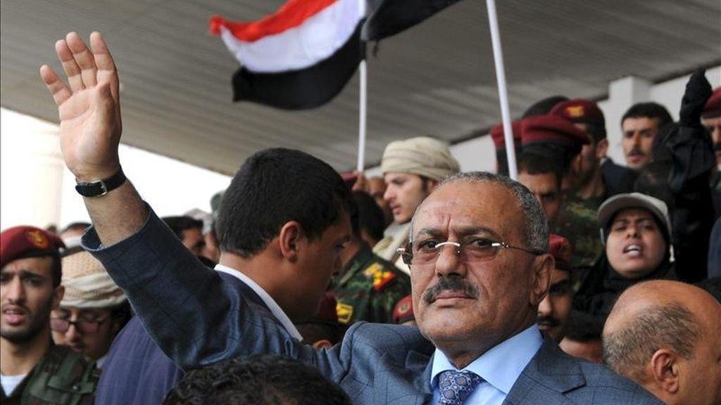 El presidente yemení Ali Abdalá Saleh saluda durante un encuentro con sus seguidores, en Saná, Yemen, el pasado 8 de abril. EFE/Archivo