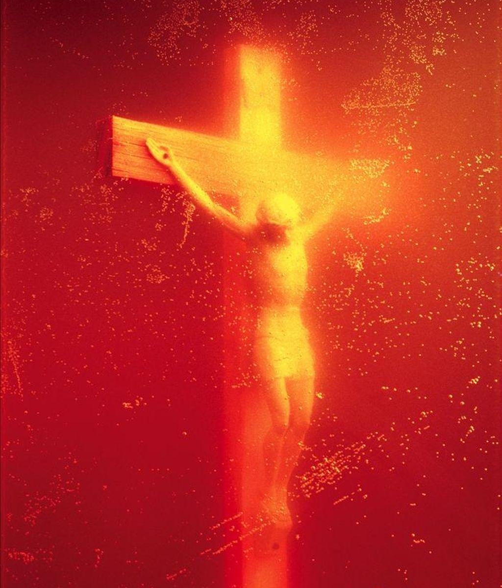 Fotografía facilitada por la Fundación Yvonn Lambert del Museo de Arte Contemporáneo en Avignon (Francia) que muestra la fotografía de un crucifijo sumergido en un bote de orina del fotógrafo estadounidense Andres Serrano. EFE