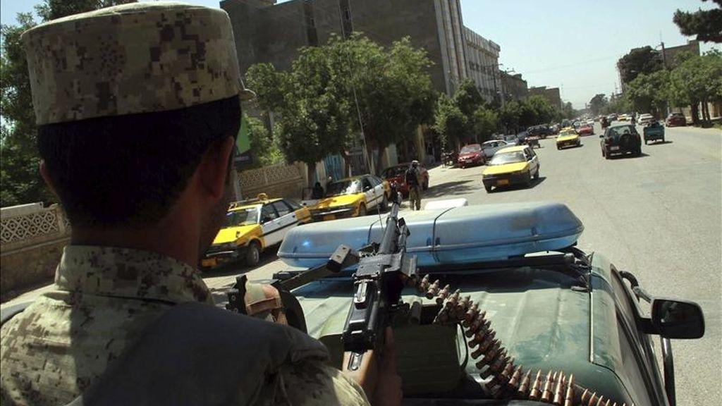 Soldados afganos patrullan hoy en Herat (Afganistán). EFE