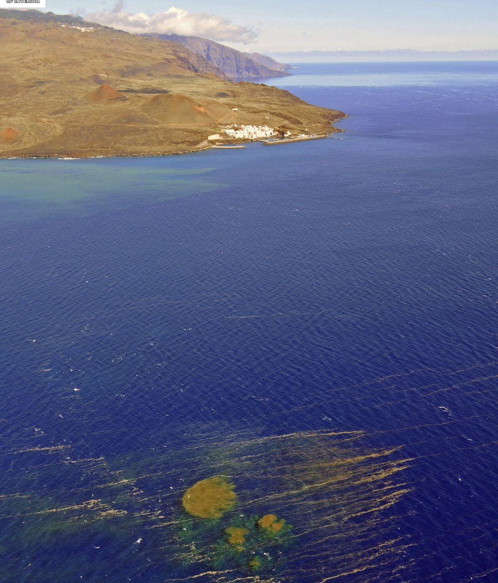 Fotografía facilitada por la Guadia Civil del aspecto que mostraban las manchas en el mar producto de los materiales expulsados tras la erupción submarina de la isla de El Hierro (Canarias)