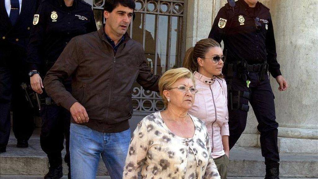 """El torero """"Jesulín de Ubrique"""", acompaña a su esposa María José Campanario (d), y a su suegra, Remedios Torres, a la salida de la Audiencia Provincial de Cádiz, donde se ha celebrado la segunda jornada del juicio de la """"Operación Karlos"""". EFE"""
