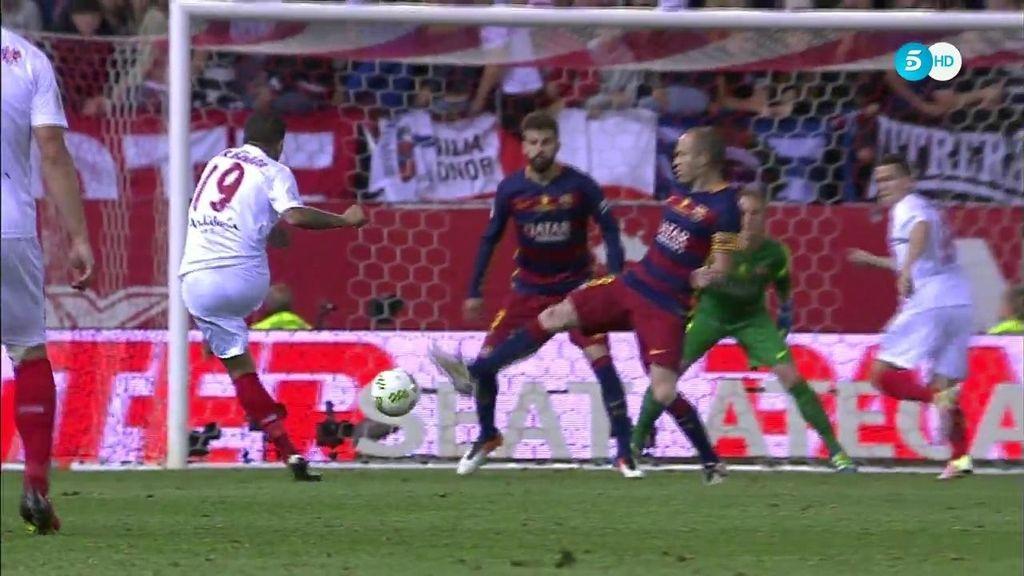 Segunda gran oportunidad del Sevilla en la final del Calderón: ¡Banega tira al palo!