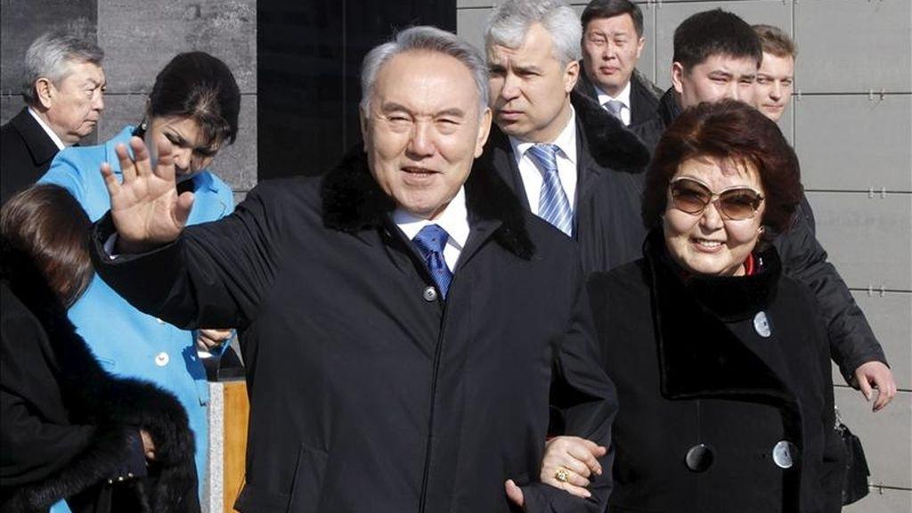 O presidente kazajo presidente, Nursultán Nazarbáyev, saúda à sua saída de um colégio eleitoral acompanhado pela sua mulher Sara, depois de votar ontem nas eleições presidenciais, em um colégio eleitoral em Astana (Kazajistán). EFE