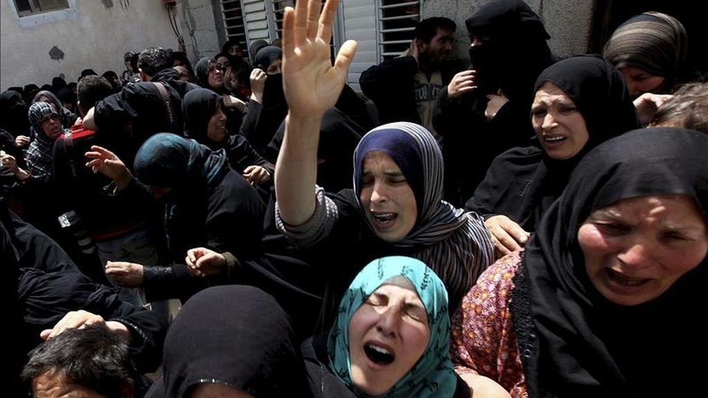 Mujeres palestinas lloran durante el funeral de Abdallah al-Qarra, militante del movimiento islámico Hamás, en la localidad de Jan Yunes, Franja de Gaza. EFE