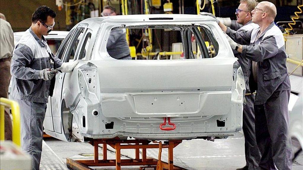 En la imagen, operarios de Opel en la cadena de montaje de la plata de Bochum, Alemania. EFE/Archivo