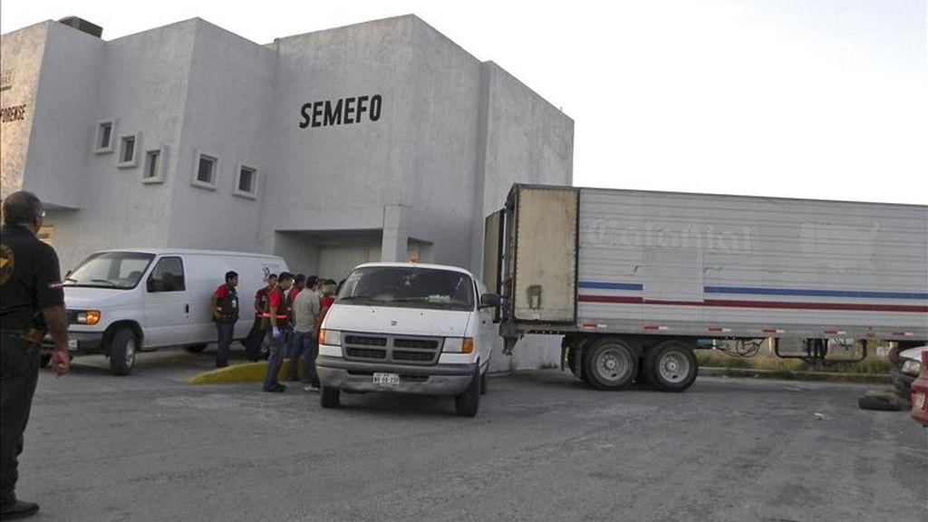 Imagen del pasado 7 de abril facilitada por El Bravo de Matamoros de peritos forenses descargando los restos de los cadáveres que las autoridades mexicanas hallaron en fosas comunes ubicadas en una comunidad rural del estado mexicano de Tamaulipas, en el noreste del país. EFE/Archivo