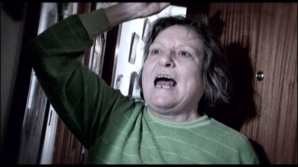 Olegaria, la vecina más violenta de la Escalera