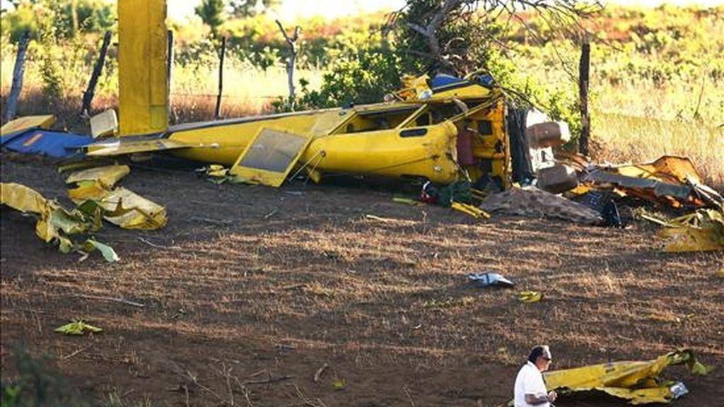 Vista general de la avioneta cisterna propiedad de la empresa Faasa Chile que se estrelló en la localidad de Santa Juana (Chile). EFE