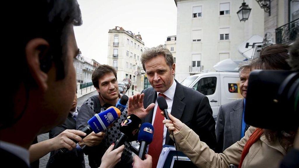 Poul Thomsen (c), jefe de la delegación del Fondo Monetario Internacional, atiende a la prensa tras la reunión que representantes del Fondo Monetario Internacional (FMI), el Banco Central Europeo (BCE) y la Unión Europea (UE) mantuvieron con el partido portugués CDS-PP, en Lisboa (Portugal). EFE
