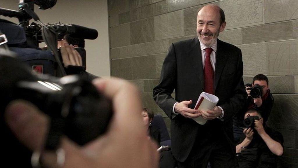 El vicepresidente primero del Gobierno, Alfredo Pérez Rubalcaba, a su llegada a la rueda de prensa posterior al Consejo de Ministros hoy en el palacio de la Moncloa. EFE