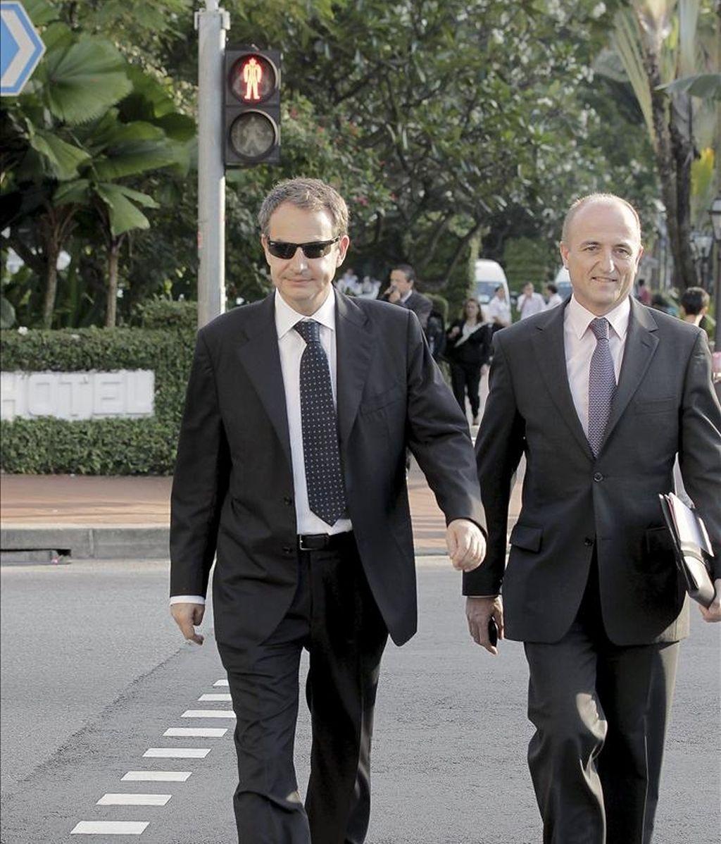 El presidente del Gobierno, José Luis Rodríguez Zapatero (i), y el ministro de Industria, Miguel Sebastián, llegan a pie a un céntrico hotel de Singapur, en donde se reunieron con los principales bancos y fondos de inversión del país antes de viajar a la isla china de Hainan. EFE/Archivo