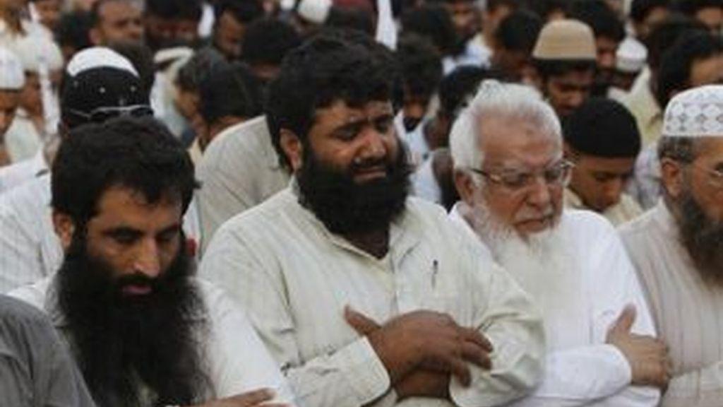 Miles de seguidores del partido religioso paquistaní Jamatut Dawa en una misa ofrecida en este país por la muerte de Osama Bin Laden. Foto AP