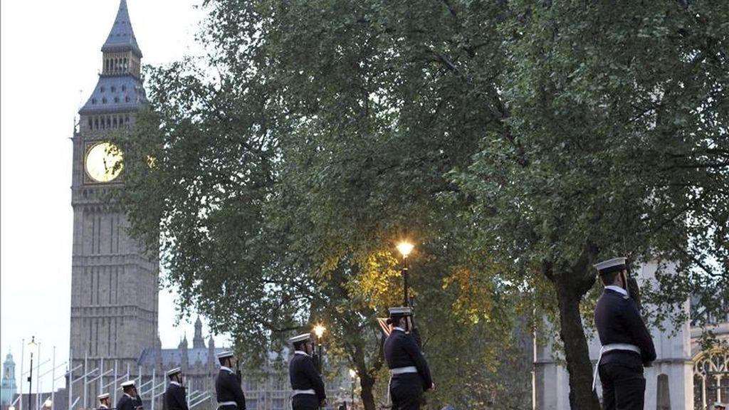 Soldados en formación durante un ensayo celebrado dentro de los preparativos para el enlace matrimonial del príncipe Guillermo de Inglaterra con su prometida, Kate Middleton, en la abadía de Westminster, en Londres (Reino Unido). EFE