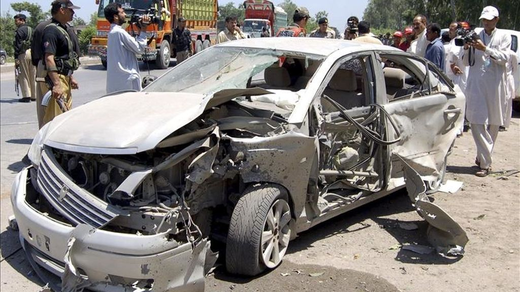 Miembros de las fuerzas de seguridad de Pakistán inspeccionan un vehículo tras un atentado con bomba. EFE/Archivo