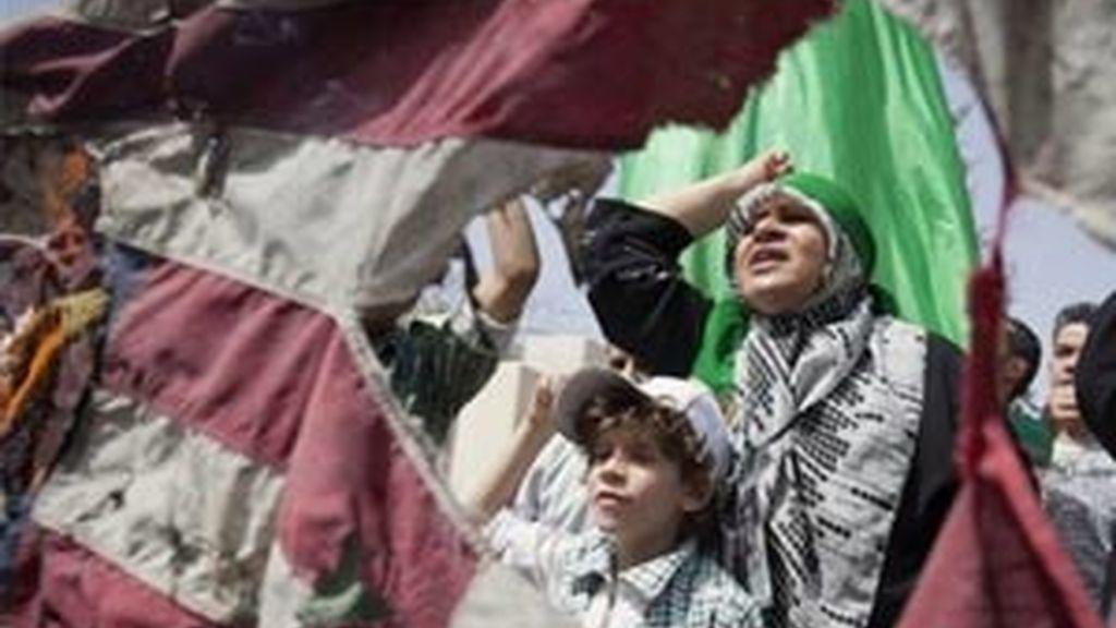 Un grupo de personas participa en una manifestación después del bombardeo de la OTAN contra la residencia de Gadafi. Foto: AP