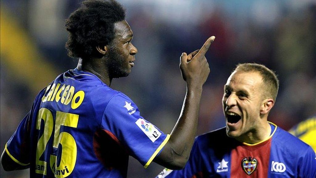 El delantero ecuatoriano del Levante Felipe Caicedo (i) celebra un gol junto a su compañero Juanlu Gómez. EFE/Archivo