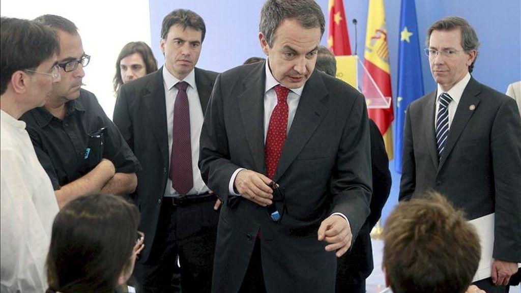 El presidente del Gobierno, José Luis Rodríguez Zapatero, conversa con periodistas tras la conferencia que ofreció en la residencia de la Embajada de España en Pekín, donde a continuación se celebró una recepción con la colectividad española, dentro de los actos de su cuarto viaje a China. EFE