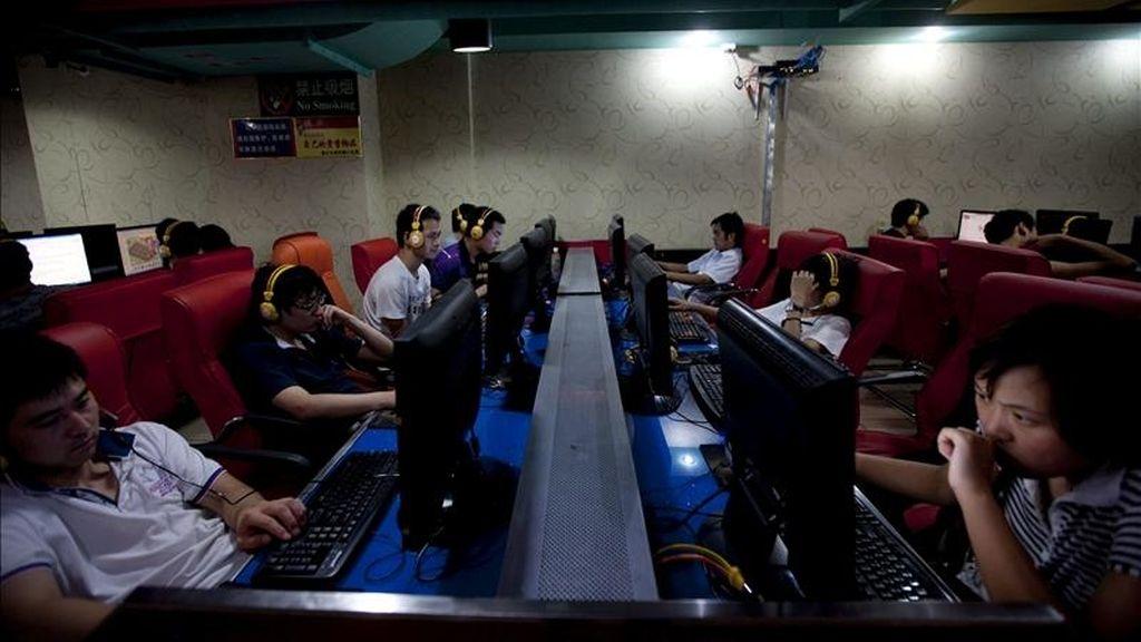 En la imagen, varios cibernautas frente a sus pantallas en un café con acceso a Internet en Pekín, China. EFE/Archivo