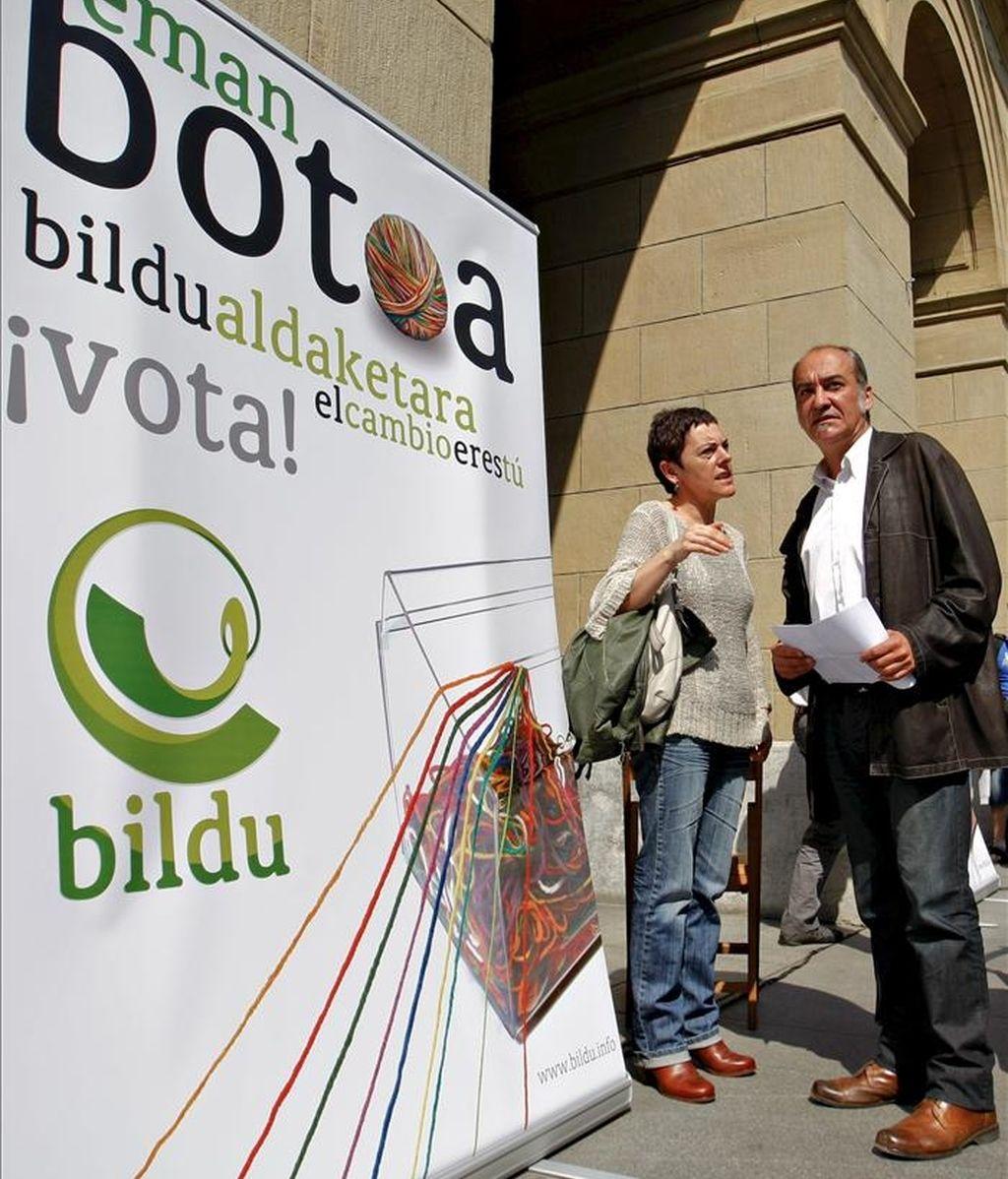 El candidato independiente de la coalición Bildu, Martín Garitano (d), durante el acto de esta formación celebrado hoy en la Plaza de Guipúzcoa, donde se encuentra el palacio foral, en San Sebastián, en el que presentaron un manifiesto anticorrupción. EFE