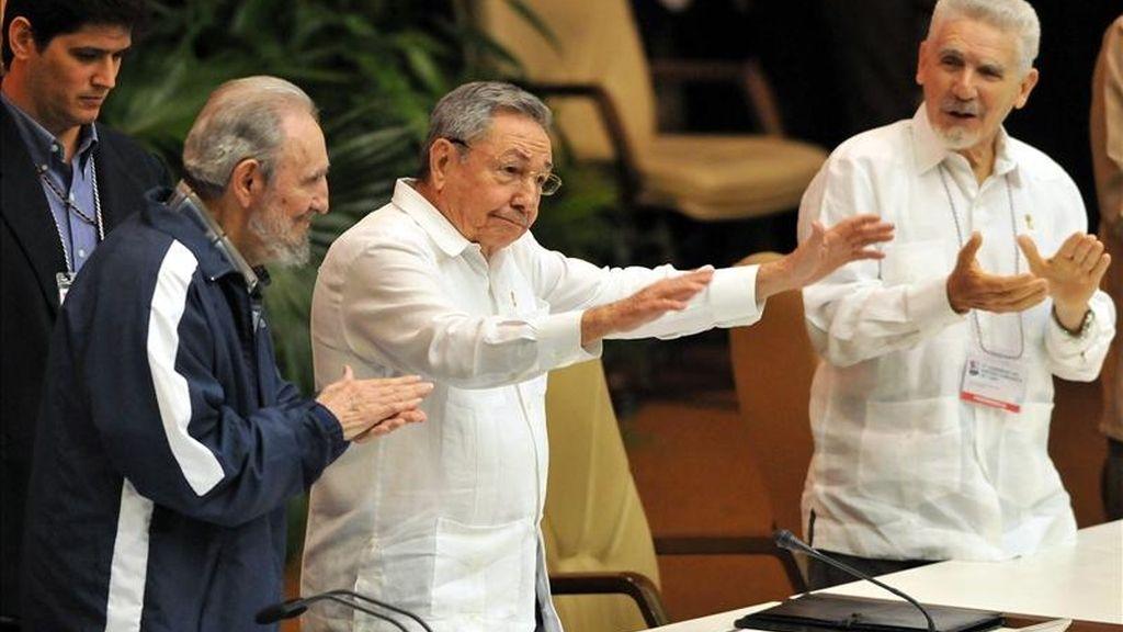 El expresidente cubano Fidel Castro y el actual mandatario, Raúl Castro, en la clausura del VI Congreso del Partido Comunista de Cuba en La Habana. Raúl Castro fue elegido hoy primer secretario del Partido Comunista de Cuba. Vídeo: Informativos Telecinco.