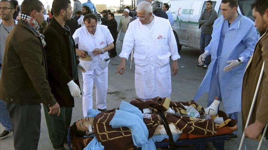 Fotografía facilitada por Médicos Sin Fronteras, en la que puede verse a uno de los heridos del barco fletado por Médicos Sin Fronteras que llegó el pasado lunes al puerto tunecino de Sfax tras haber zarpado a última hora del domingo desde la ciudad libia de Misrata con 71 heridos a bordo. EFE/Archivo