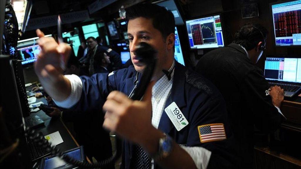 El Dow Jones de Industriales restó esta segunda jornada de la semana 117,53 puntos para acabar en 12.263,58 puntos, el selectivo S&P 500 perdió el 0,78 % (-10,3 puntos) para acabar en 1.314,16 unidades, y el índice compuesto del mercado Nasdaq descendió el 0,96% (-26,72 puntos) para terminar en 2.744,79 enteros. EFE/Archivo