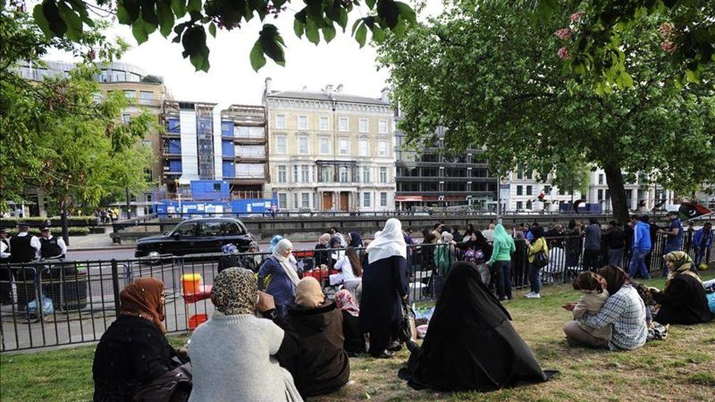 Opositores al líder libio, Muamar el Gadafi, manifestándose ante la embajada de Libia en Londres hoy. EFE