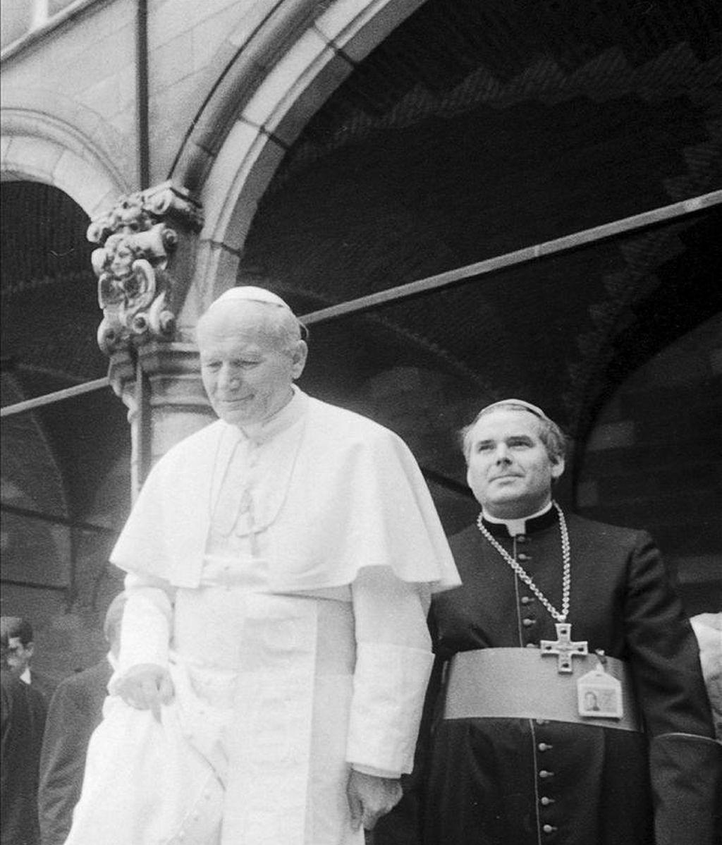 Fotografía de archivo tomada el 17 de mayo de 1985 que muestra al obispo de Brujas Roger Joseph Vangheluwe (d) junto al papa Juan Pablo II durante la visita de este último a la localidad de Ypres (Bélgica). EFE/Archivo