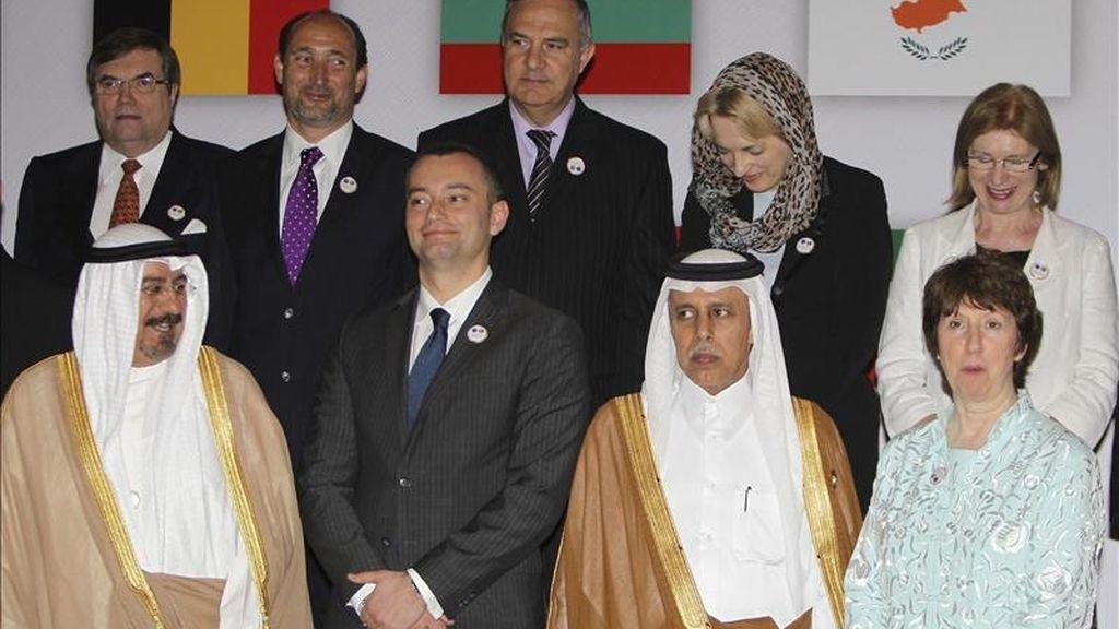 Delante, de izquierda a derecha, el ministro de Exteriores kuwaití, jeque Mohammad Sabah al Salem al Sabah; su homólogo búlgaro, Nikolay Mladenov; el secretario de Estado qatarí de Asuntos Exteriores, Ahmed bin Abdulá al Mahmud, y la jefa de la diplomacia de la Unión Europea, Catherine Ashton. EFE