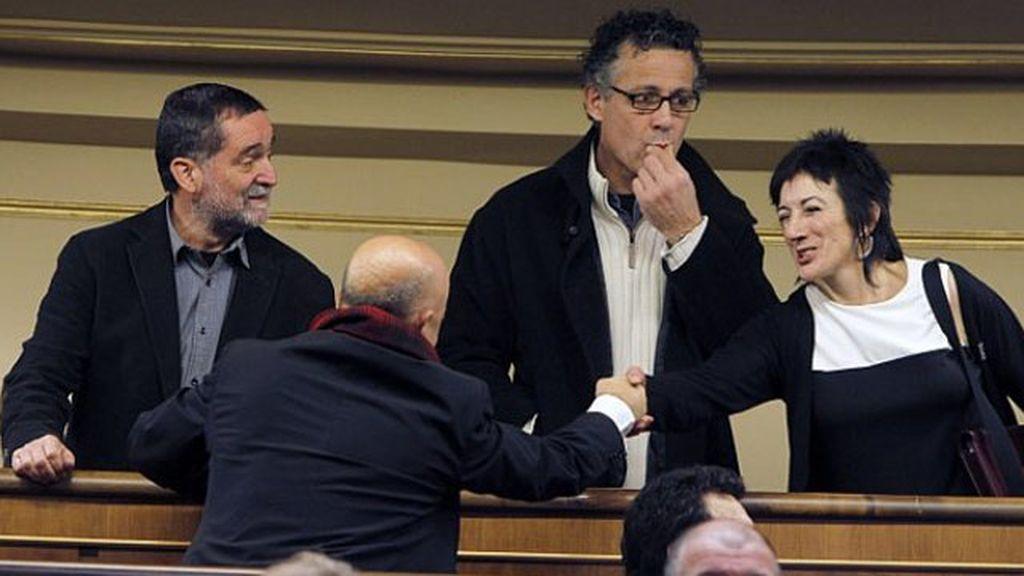 Diputados de Amaiur en el Congreso saludando a Odón Elorza