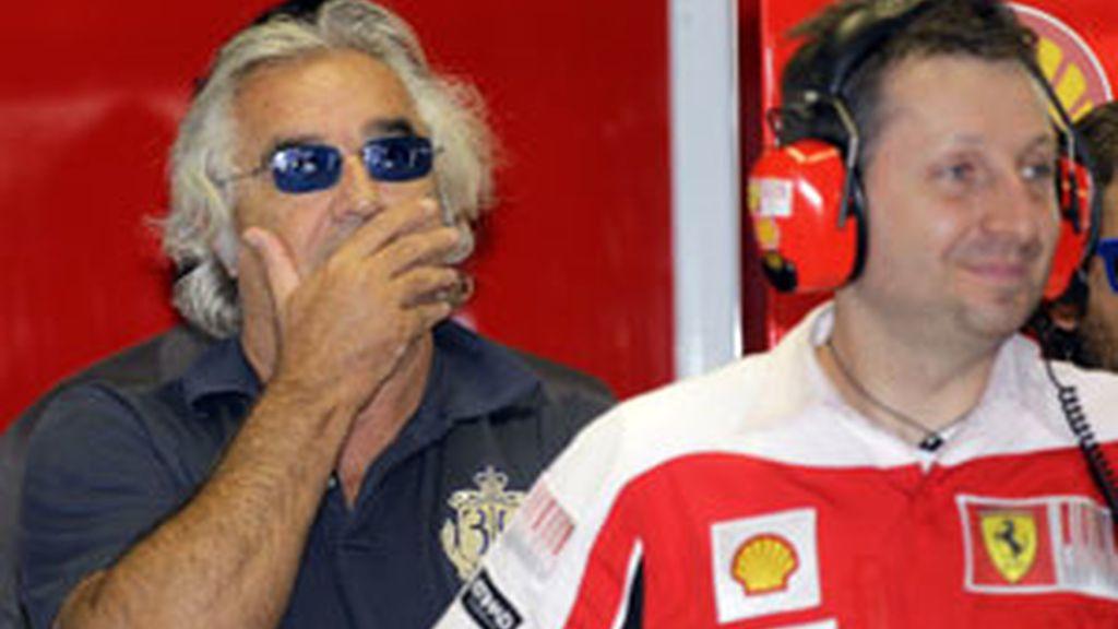 Briatore sigue una carrera del mundial en el box de Ferrari. Foto: Reuters