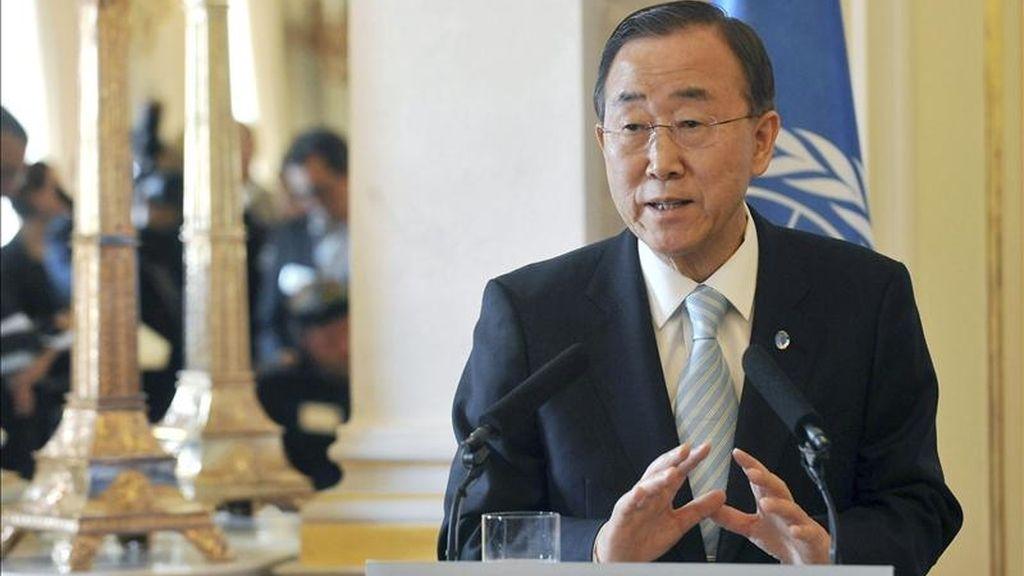 El secretario general de Naciones Unidas, Ban Ki-moon, habla con los medios de comunicación tras reunirse con el presidente húngaro, Pál Schmitt, en el palacio presidencial de Alexander en Budapest, Hungría, hoy lunes 18 de abril de 2011. EFE