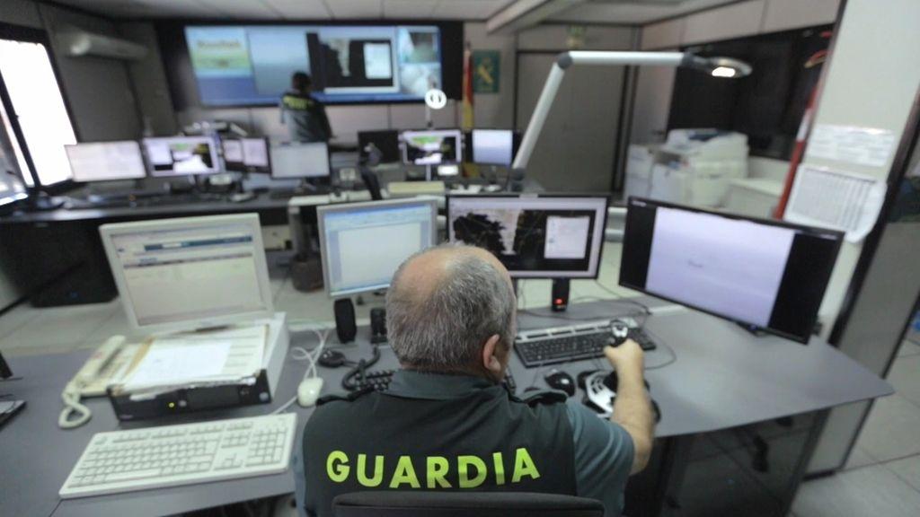 Así trabajan en el SIVE, el radar que controla el paso de hachís en el Estrecho