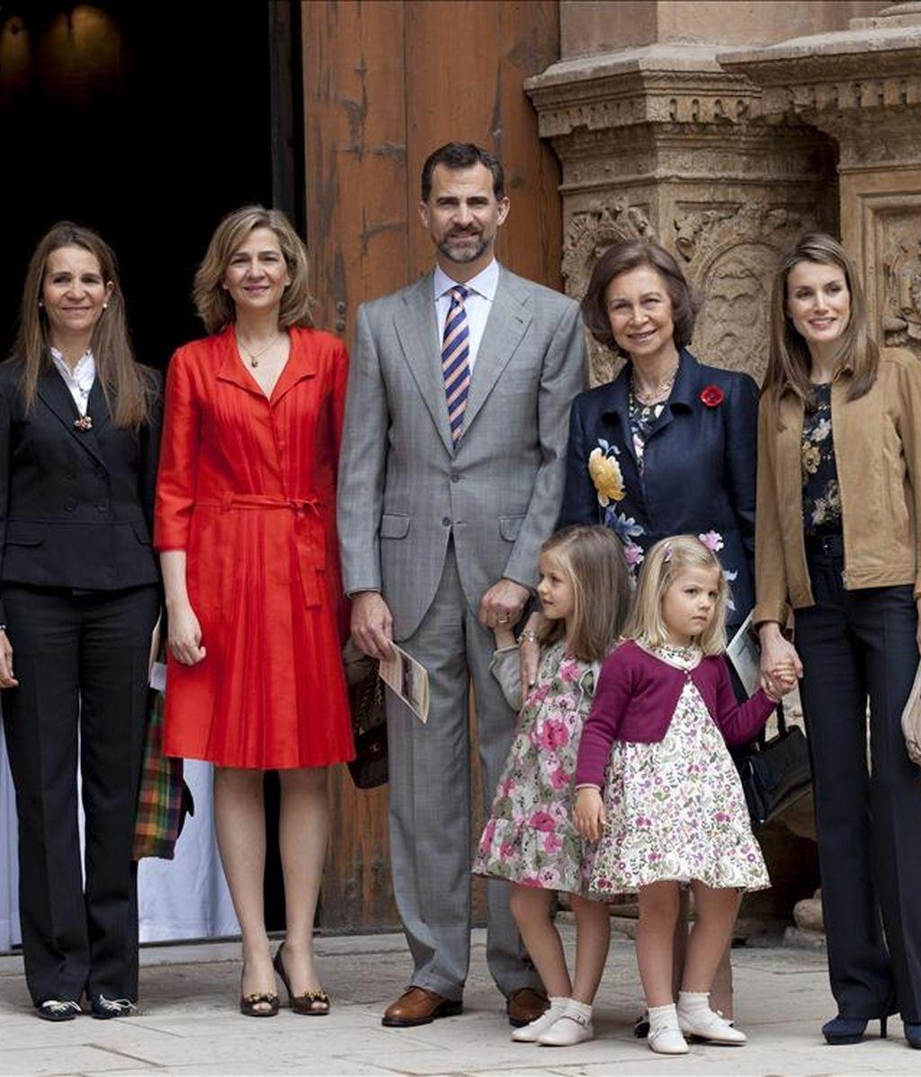 La reina Sofía, los príncipes de Asturias con sus hijas Leonor y Sofía, y las Infantas Elena y Cristina, a la salida de la misa de Domingo de Resurrección a la que han acudido esta mañana en la Catedral de Mallorca. EFE